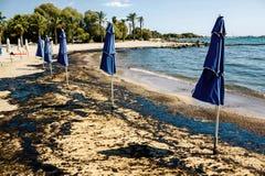 Textur av råoljaspillet på sandstranden från oljeutsläppolycka, Agios Kosmas fjärd, Aten, Grekland, September 14 2017 Arkivbild