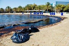 Textur av råoljaspillet på sandstranden från oljeutsläppolycka, Agios Kosmas fjärd, Aten, Grekland, September 14 2017 Royaltyfri Fotografi