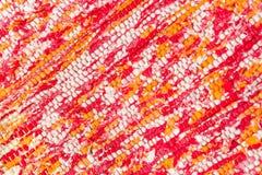 Textur av röd vävd bomull, rosa, vitt, guling dragar Royaltyfria Bilder