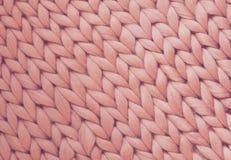 Textur av rosa färgrät maskafilten Stort handarbete Plädmerinoull Top beskådar royaltyfria foton