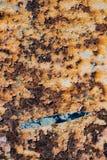 Textur av rostigt järn, sprucken målarfärg på en gammal metallisk yttersida, Arkivbild