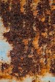 Textur av rostigt järn, sprucken målarfärg på en gammal metallisk yttersida, ark av rostig metall med sprucken och flagig målarfä Royaltyfria Bilder
