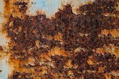 Textur av rostigt järn, sprucken målarfärg på en gammal metallisk yttersida, ark av rostig metall med sprucken och flagig målarfä Fotografering för Bildbyråer