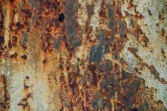 Textur av rostigt järn, sprucken målarfärg på en gammal metallisk yttersida, ark av rostig metall med sprucken och flagig målarfä arkivbilder