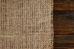 Textur av säckväv som gränsas med gammalt trä Royaltyfri Fotografi