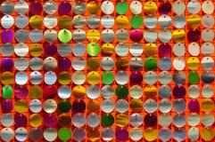Textur av skiva-formade skinande metaller pryder med pärlor paljetter och paljetter på en färgrik dekorativ bakgrund royaltyfri fotografi