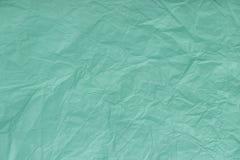 Textur av skrynklig turkos, inpackningspapper, closeup Gr?n gammal bakgrund royaltyfri foto