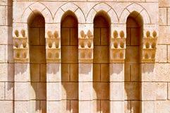 Textur av sniden brun gammal forntida härlig tegelsten texturerade den arabiska islamiska islamiska väggen med prydnaden och båga Royaltyfria Foton
