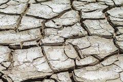 Textur av sprucken jord, katastrof av torkan fotografering för bildbyråer