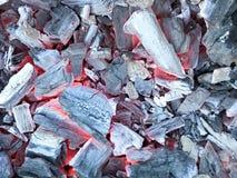 Textur av svart varmt glödhett glödande kol från ädelträn av träd arkivfoto