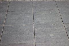 Textur av tegelplattor för grå färgfyrkantstenläggning på den hela ramen Arkivfoton
