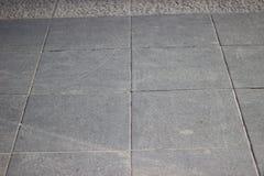 Textur av tegelplattor för grå färgfyrkantstenläggning på den hela ramen Fotografering för Bildbyråer