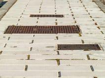 Textur av trottoar med avklopp Arkivfoto