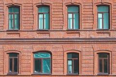 Textur av väggen av ett gammalt hus med öppna och stängda fönster royaltyfria foton