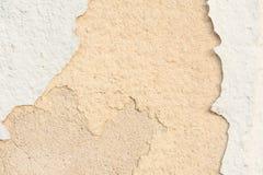 Textur av väggen med ett förstört lager av målarfärg och förstörda lager av murbruk av sand-limefrukt mortel Royaltyfri Foto