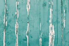 Textur av vertikala wood paneler med grön målarfärg som skalar av Fotografering för Bildbyråer