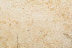 Textur av yttersidan av en gammal antik vägg med ett murbruklager som förstörs från fuktighet, många sprickor, blåsor på väggen Royaltyfri Bild