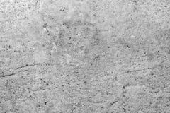 Textur av yttersidan av en gammal antik vägg med ett murbruklager som förstörs från fuktighet, många sprickor, blåsor på väggen Royaltyfri Foto