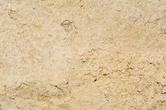 Textur av yttersidan av en gammal antik vägg med ett murbruklager som förstörs från fuktighet, många sprickor, blåsor på väggen Royaltyfria Foton