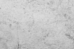 Textur av yttersidan av en gammal antik vägg med ett murbruklager som förstörs från fuktighet, många sprickor, blåsor på väggen Arkivfoton