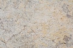Textur av yttersidan av en gammal antik vägg med ett murbruklager som förstörs från fuktighet, många sprickor, blåsor på väggen Royaltyfri Fotografi