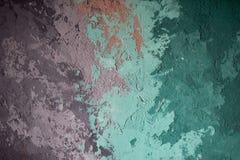 Textur baddar av målarfärg på en betongvägg Turkos som är purpurfärgad royaltyfri bild