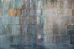 Textur bakgrund av fästningväggen fodrade med olika format för ljusa ojämna stenar Arkivbilder
