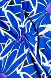 Textur bakgrund, modell Kvinnors blåa siden- klänning På en abs Royaltyfri Foto