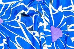 Textur bakgrund, modell Kvinnors blåa siden- klänning På en abs Royaltyfria Foton