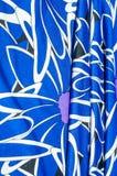 Textur bakgrund, modell Kvinnors blåa siden- klänning På en abs Arkivfoto