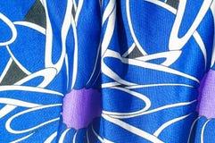 Textur bakgrund, modell Kvinnors blåa siden- klänning På en abs Arkivbilder