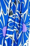 Textur bakgrund, modell Kvinnors blåa siden- klänning På en abs Royaltyfri Bild
