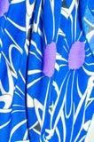 Textur bakgrund, modell Kvinnors blåa siden- klänning På en abs Arkivfoton