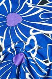 Textur bakgrund, modell Kvinnors blåa siden- klänning På en abs Royaltyfri Fotografi