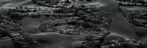Textur bakgrund, modell svart tygsilk Med sydd patte Arkivbild