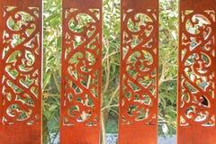 textur Ett mahognystaket med sned modeller På bakgrunden av gröna buskar royaltyfria foton