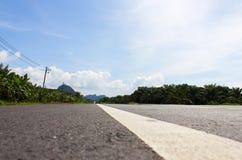 Textur för asfaltväg med det vita bandet Royaltyfri Fotografi