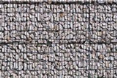 Textur för bakgrunden av en bakgrund av liggande en fritt sten som stöttas av ett metallingrepp Teknologi av konstruktion av stak royaltyfri fotografi