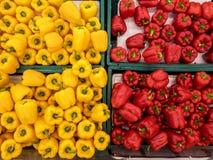 Textur för chilipeppar och paprikai korgen på marknaden, foto som tas av mobiltelefonkameran Arkivbilder