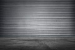 Textur för metallrullslutare med det konkreta golvet Fotografering för Bildbyråer