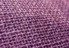 Textur för säck för torkduk för lilafärghessians med suddighetseffekt Arkivbilder