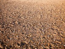 Textur för strandgolvbakgrund stenar den olika våta solen för kullersten royaltyfria bilder