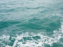 Textur för yttersida för havvattenvågor Abstrakta tappningblått Arkivbild