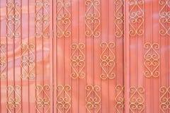Textur för zinkglidbanadörr, metallbakgrund arkivbild