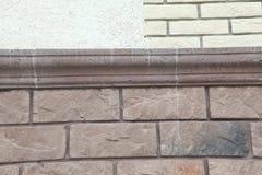 Textur - konstgjord façade för dekorativ sten Dekorativa grå färger färgar grov textur för bakgrund för stenvägg Arkivbild