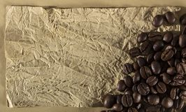 Textur med ett ställe som skriver ett recept, ett skrynkligt papper och kryddor Arkivfoto