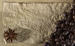 Textur med ett ställe som skriver ett recept, ett skrynkligt papper och kryddor Arkivfoton