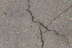 Textur med sprickor på asfaltbakgrund Arkivbild