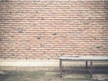Textur och modell för tegelstenvägg med gammal stol Arkivfoton