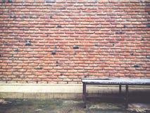 Textur och modell för tegelstenvägg med gammal stol Fotografering för Bildbyråer